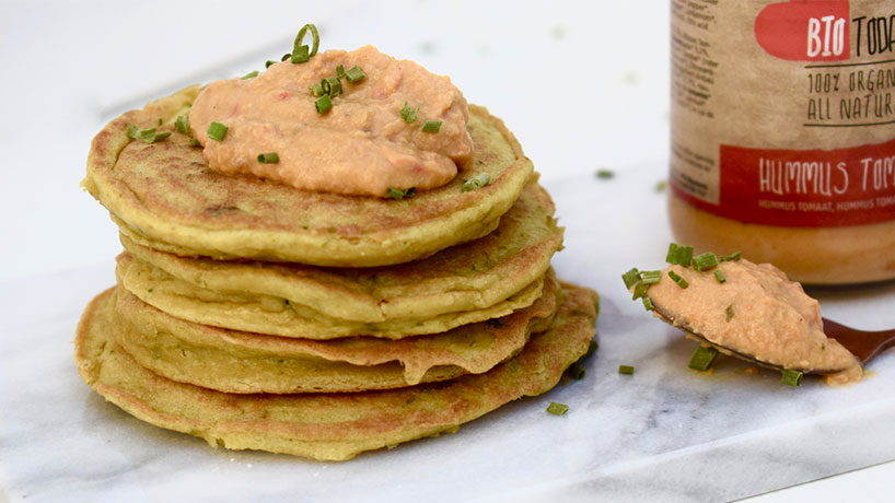 Hummus met hartige koekjes